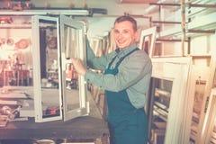 W średnim wieku fachowe pracy z skończonymi PVC profilami i Zdjęcie Royalty Free