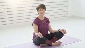 W średnim wieku jog atrakcyjnej kobiety ćwiczy joga indoors zbiory wideo