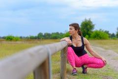 W średnim wieku jogger opiera na strażowym poręczu zdjęcia stock