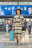 W średnim wieku kobieta przy Pekin staci kolejowej południe, Chiny Obraz Stock