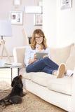 W średnim wieku kobieta z jej zwierzę domowe psem w domu fotografia royalty free