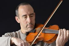 Mężczyzna bawić się skrzypce Zdjęcie Royalty Free