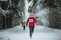 W średnim wieku mężczyzna biegacz podczas gdy biegający w zimnej pogodzie obrazy stock