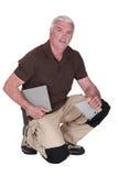W średnim wieku mężczyzna dopasowania płytki Fotografia Stock