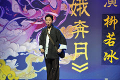 W średnim wieku mężczyzna jest ubranym blaszecznicy Jiangxi OperaBlue żakiet Zdjęcia Stock