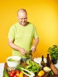 W średnim wieku mężczyzna kucharza świeża sałatka Obrazy Stock