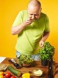W średnim wieku mężczyzna kucharza świeża sałatka Fotografia Stock
