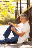 W średnim wieku mężczyzna pastylka Fotografia Stock