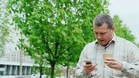 W średnim wieku mężczyzna pije kawowy aktywnego zbiory wideo