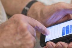 W średnim wieku mężczyzna Pisać na maszynie wiadomość tekstową fotografia royalty free