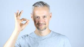 W Średnim Wieku mężczyzna Pokazuje Ok znaka, ok Zdjęcie Royalty Free