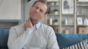 W Średnim Wieku mężczyzna Próbuje Relaksujący szyja ból w domu zdjęcie wideo