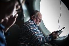 W średnim wieku mężczyzna przystosowywa pozaziemskiego związek na telefonie podczas th Zdjęcie Royalty Free