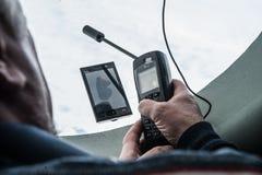 W średnim wieku mężczyzna przystosowywa pozaziemskiego związek na telefonie podczas th Fotografia Stock
