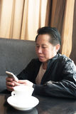 W średnim wieku mężczyzna telefon Fotografia Stock