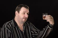 W średnim wieku mężczyzna wzrasta szkło brandy Obraz Stock