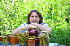 W średnim wieku mężczyzna z konserwować warzywami przygotowany dla zimy fotografia stock