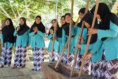 W średnim wieku matki śpiewa wpólnie towarzyszący muzyką od lesung lokalnego moździerza w Yogyakarta, Indonezja obraz royalty free