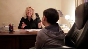 W średnim wieku nauczyciel angielskiego uczy angielskie fonetyki uczeń. zbiory wideo