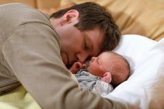 W średnim wieku ojciec cuddling z jego nowonarodzoną dziecko córką Fotografia Stock