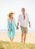 W Średnim Wieku para Cieszy się spacer na plaży Obraz Royalty Free
