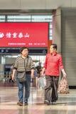 W średnim wieku para przy Pekin staci kolejowej południe, Chiny Obrazy Stock