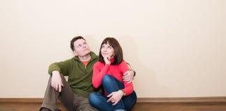 W średnim wieku para w nowym mieszkaniu Obejmować mężczyzna i kobiety przy n zdjęcie stock