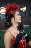 W średnim wieku piękne kobiety w Wielkim Gatsby projektują z szkłem Fotografia Royalty Free