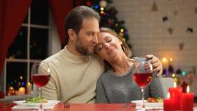 W średnim wieku samiec ściska jego pięć, romantyczna wigilia, wygodny rodzinny wakacje zdjęcie wideo