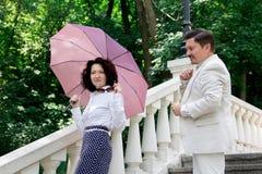 W średnim wieku starszej osoby pary emocji istnej miłości rodzinny parasol su fotografia stock