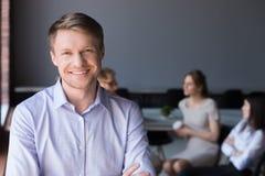 W średnim wieku uśmiechnięty firmy ceo lub pomyślny biznesmena lookin zdjęcie stock