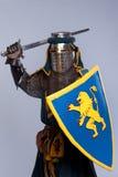 W średniowieczny rycerz folował opancerzenie Obrazy Royalty Free