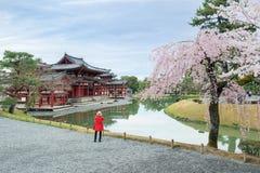 W świątyni w Uji, Kyoto, Japonia podczas wiosny Czereśniowy okwitnięcie w Kyoto, Japonia zdjęcie royalty free