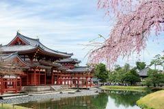 W świątyni w Uji, Kyoto, Japonia podczas wiosny Czereśniowi bloss fotografia stock