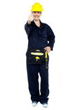 W żółtym hełmie energiczny pracownik budowlany obrazy royalty free