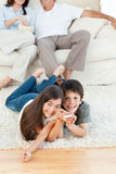 W żywym pokoju rodzinny dopatrywanie tv obraz stock