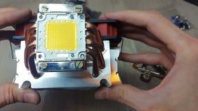 100W των φωτεινών οδηγήσεων τοποθετημένος στο θερμαντικό σώμα με έναν ανεμιστήρα απόθεμα βίντεο