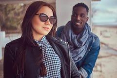 Портрет привлекательной стильной пары Афро-американский парень w стоковое фото