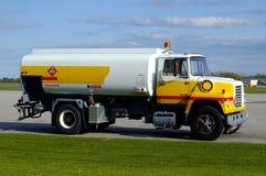 机场气体路径卡车w 免版税库存图片