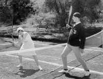 一起打网球的夫妇(所有人被描述不更长生存,并且庄园不存在 供应商保单那里w 库存照片