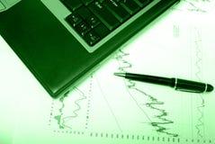 绘制财务绿色重叠w图表 库存照片