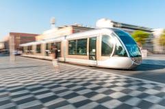 W Ładnym mieście nowożytny tramwaj, Francja. Zdjęcie Royalty Free