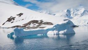 W Antarctica formularzowa wieloryb góra lodowa Zdjęcia Royalty Free