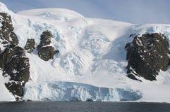 W Antarktycznym śnieżne góry Obrazy Stock