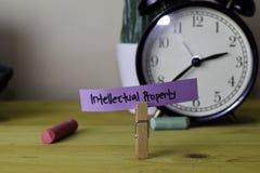 w?asno?? intelektualna Handwriting na kleistych notatkach w odzieżowych czopach na drewnianym biurowym biurku fotografia royalty free