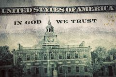 W bóg Ufamy motto na Sto dolarach rachunków Zdjęcia Stock