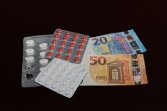 W bąbla pakować pigułki i banknoty na ciemnym tle Euro zdjęcie stock