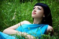 W błękit sukni piękna kobieta Obraz Royalty Free