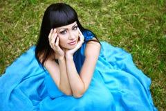 W błękit sukni piękna kobieta Fotografia Royalty Free