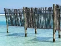 W błękitny morzu drewna ogrodzenie Obraz Stock